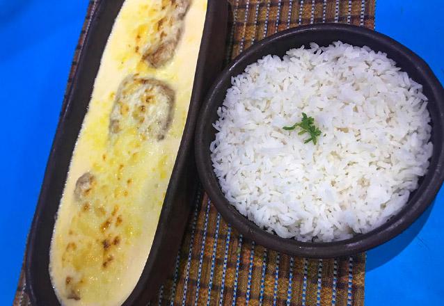Camarão no Coco: 300g de filé de camarão ao molho de coco com arroz branco (servido no coco) por apenas R$37,90