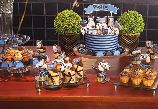 Kit mesversário: 1 bolo para até 15 pessoas + 10 mini cupcakes (tradicionais) + 10 pirulitos (tradicionais) de R$150 por apenas 99,90