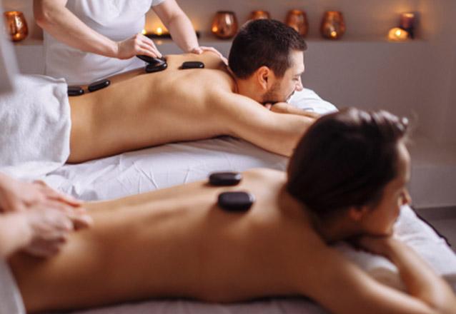 Chegou a hora de relaxar! Massagem Relaxante com Bambuterapia ou Pedras Quentes (50 min) na Esthétique de R$60 por apenas R$34,90