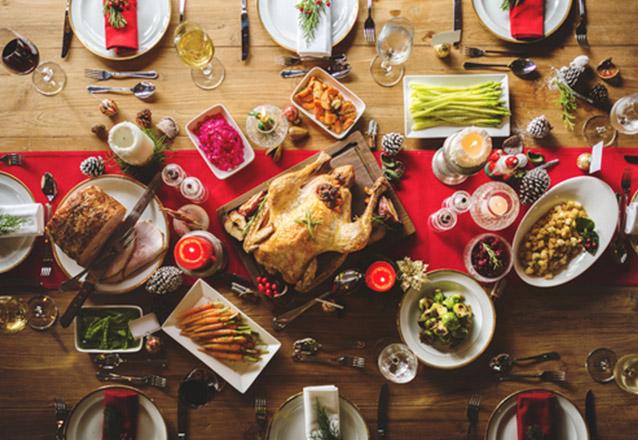 Ceia Natalina - Chester ao forno (2kg), Arroz Festivo, Farofa Natalina, Salada Tropical para 10 pessoas por apenas R$249,90