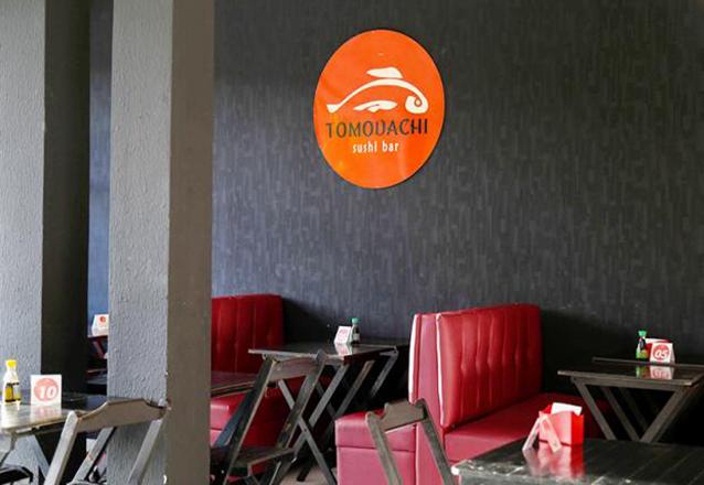 Só no Tomodachi Sushi Bar tem essa super oferta! Combinado de 40 Peças de Sushi + 2 Bebidas de R$72 por apenas R$47,90