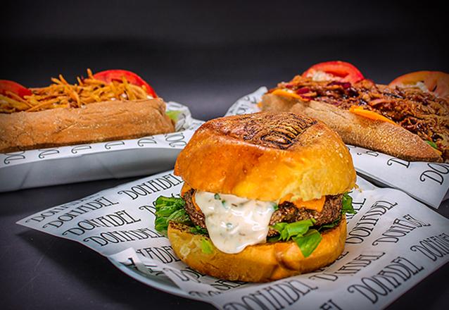 O Premiado Donadel Burger Shop no Barato! Escolha o Clássico, Psycho, Pork BBQ ou Crazy Chicken de até R$25 por apenas R$16,50