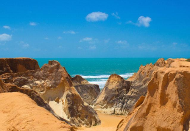 Venha desfrutar das mais belas praias do litoral leste do Ceará em apenas 1 dia! Transporte para 1 pessoa ida e volta para conhecer Morro Branco, Praia das Fontes e Canoa Quebrada na Rotas do Sol de R$65 por apenas R$34,90