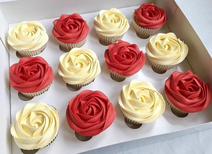 Kit 1: Bolo Chantininho ou Naked Cake para até 15 pessoas + 6 cupcakes + 50 docinhos de R$190 por apenas R$129,90