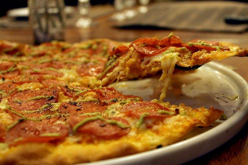 De volta, um dos restaurantes mais tradicionais da cidade! Pizza Grande, fina e crocante de R$33 por apenas R$24,90 no Castelli Restaurante. Válido para todos os dias!