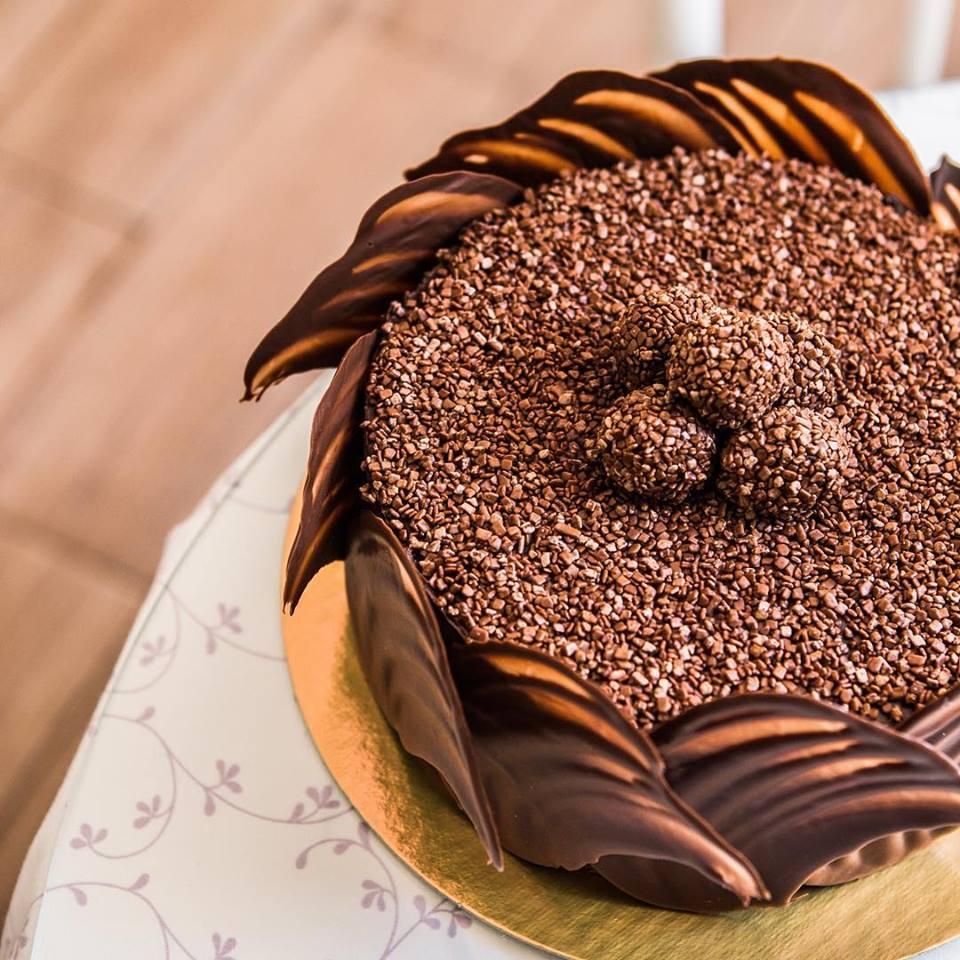 01 Torta Brownie (recheada com o delicioso Brigadeiro da Sucré, ideal para os apreciadores do famoso Brownie), serve de 25 a 30 pessoas de R$165 por apenas R$87,40. Use até Sábado!