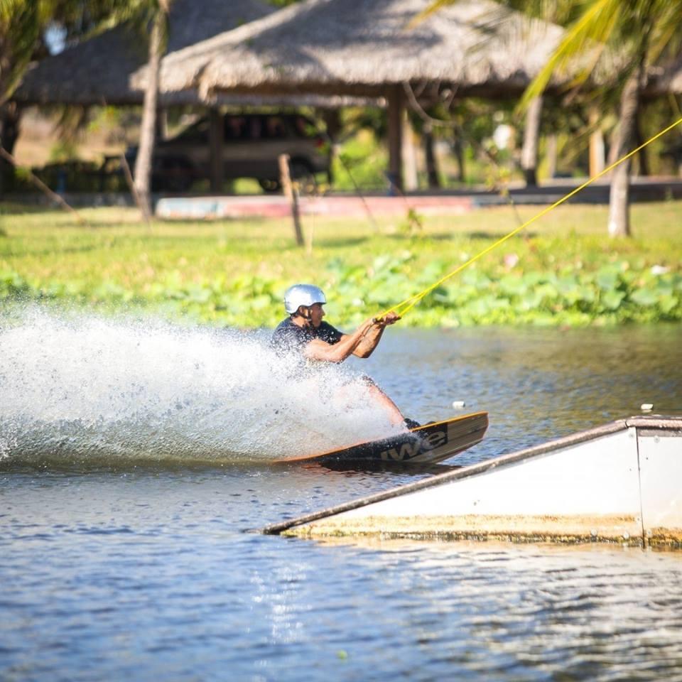 Day Use Colosso Lifestyle (8h) de atividades (Wake Board, Stand Up Padle e Caiaque) com equipamentos e Instrutor de R$100 por apenas R$79