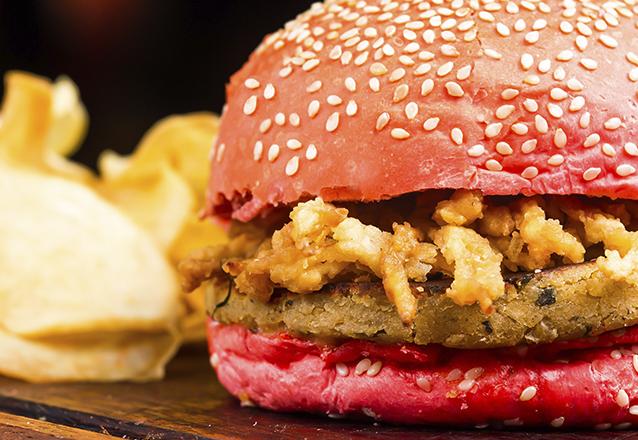 Sanduíche Potiguar (burger vegetariano à base de grão de bico no pão bola de pimenta biquinho, maionese de abacate e crispy de cebola) de R$19,90 por R$13,90