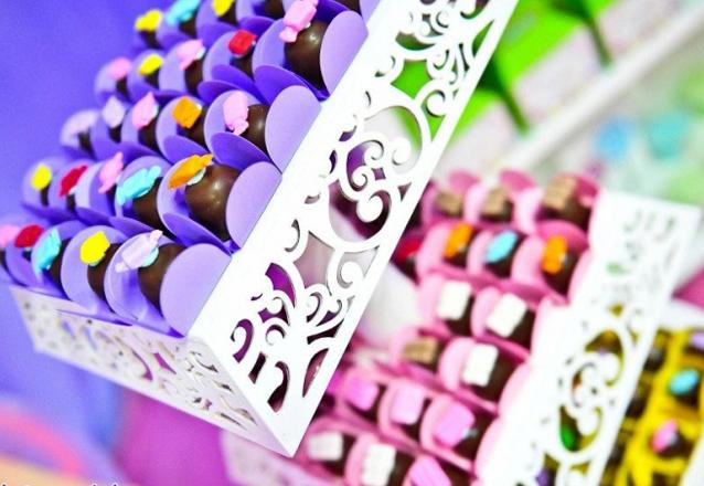 Kit 1: 100 chocolates decorados com arabesco + 20 chocolates decorados + 12 pirulitos decorados + 6 cupcakes decorados e 20 tacinhas de brigadeiro de R$271 por apenas R$139,90