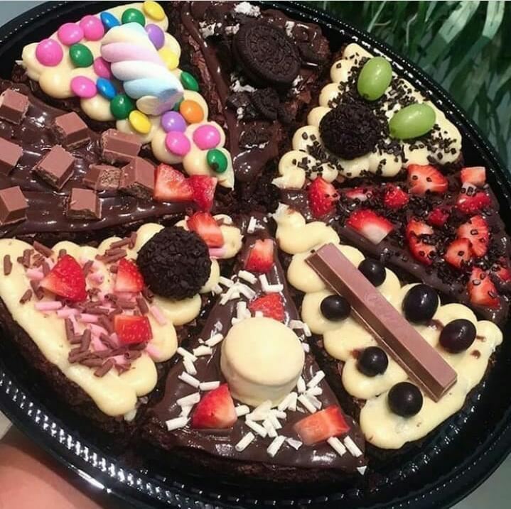 Um verdadeiro pecado! 1 Pizza Brownie com 8 pedaços recheada com toppings na Santé Patisserie de R$79,90 por apenas R$49,90