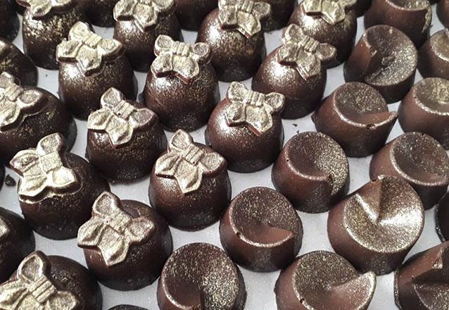 Kit doces 150 itens:  50 chocolates, 50 brigadeiros, 20 pirulitos, 20 popcakes e 10 mini cupcakes de R$250 por apenas R$150