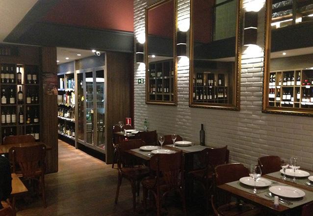 Deixe sua noite mais especial! 2 Taças 150 ml de Vinho Italiano Corbelli Montepulciano D'abruzzo + Bruschetta no D'Vinos apenas R$67,20