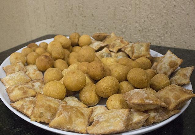 Perfeito! Kit Festa: Torta Doce para até 20 pessoas + 100 Salgados + 50 docinhos + 1 Refrigerante de 2L na Padaria Empório Real de R$130 por apenas R$99
