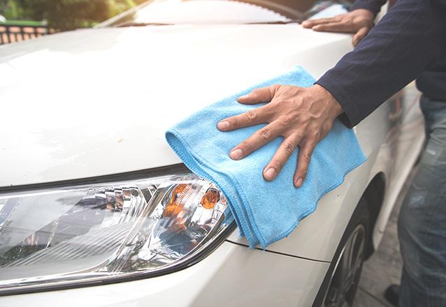 Carros pequenos: Lavagem à seco automotiva externa para carros pequenos (lataria completa + hidratação simples de plásticos internos e externos + caixa de roda + limpeza simples dos faróis) de R$65 por R$29,90