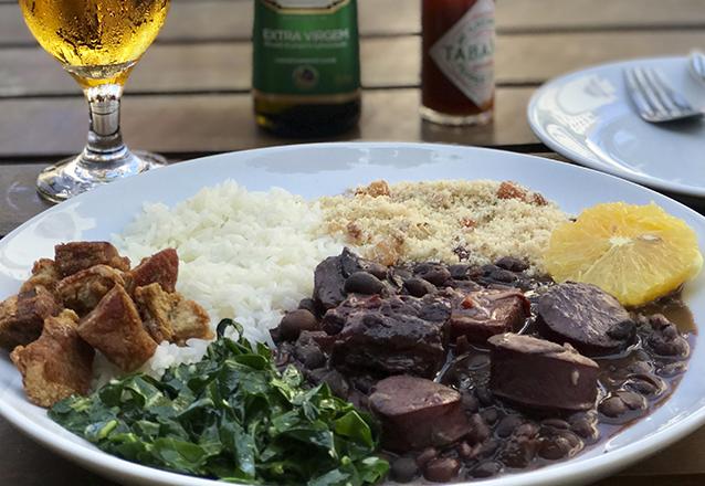 A feijoada mais gostosa de Fortaleza é no Dez17 Lounge! Buffet completo de Feijoada a vontade para 1 pessoa de R$36 por apenas R$29,90. Sirva-se quantas vezes quiser!