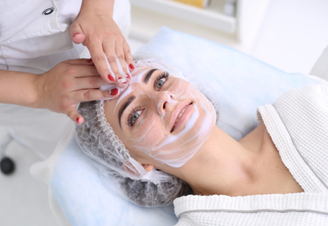 O tratamento completo para sua pele na Dra Viviane Boaventura! Limpeza de Pele + Peeling de Diamante+ Máscara Clareadora Adcos por apenas R$139,90
