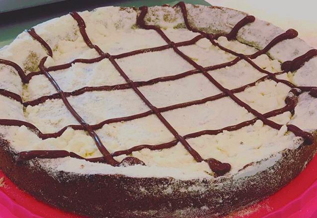 Que DELÍCIA! Só na Casa da Cookie! 1 Torta Cookie de Ninho com Nutella serve até 12 pessoas de R$70 por apenas R$49,99