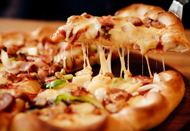 PERFEITO para o jantar! 1 Pizza (8 fatias) qualquer sabor do cardápio na Pizza da Mirian de até R$44,90 por apenas R$28,90
