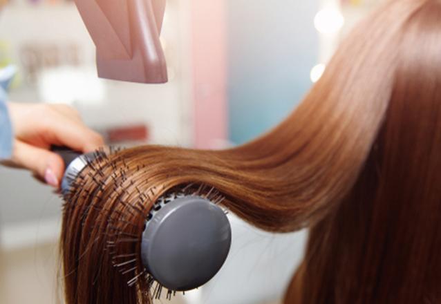 Hidrate, aumente o brilho e reduza o volume do frizz do seu cabelo! Escova Inteligente na Clínica Reinventary de R$120 por apenas R$69,90