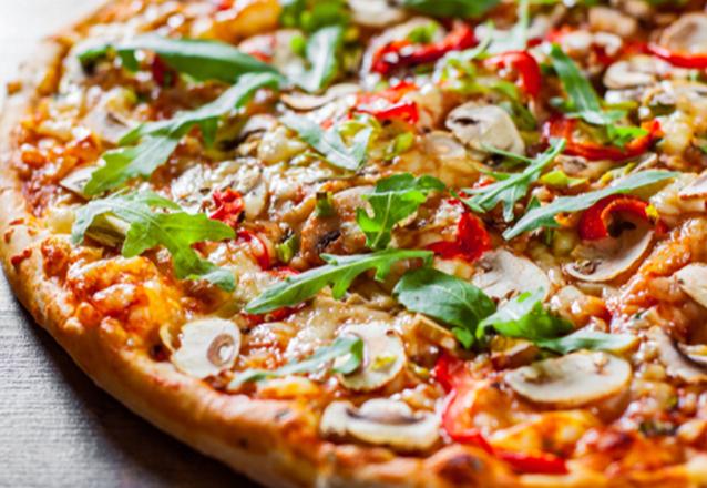 Pizza Grande Artesanal (calabresa, calabresa com requeijão, frango com bacon, frango com requeijão, marguerita, mussarela e portuguesa, peito peru) de R$27,50 por apenas R$19,90