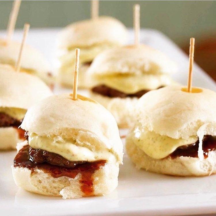 Deixe sua festa perfeita! Combo com 25 Hamburguinhos + 25 Mini Pães Delicia + 25 Mini Hot Dogs para até 20 pessoas na MariMari de R$178 por apenas R$128