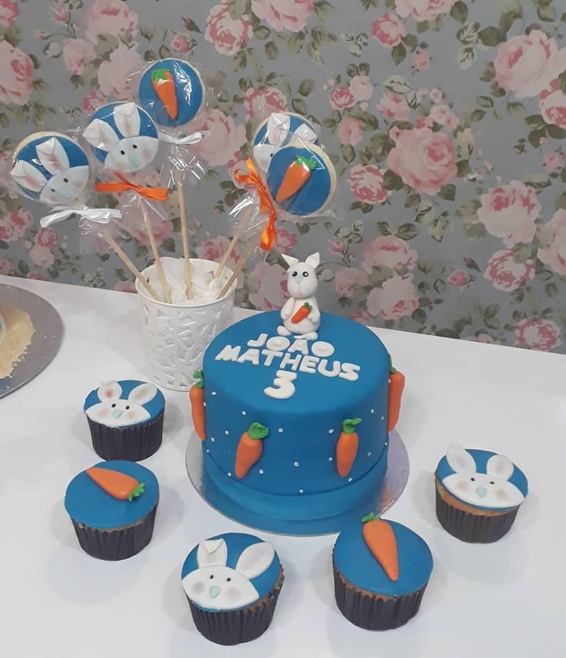 1 Bolo de Pasta Americana para 10 pessoas + 10 Mini Cupcakes Tradicional + 10 Pirulitos Tradicionais de R$130 por apenas R$90