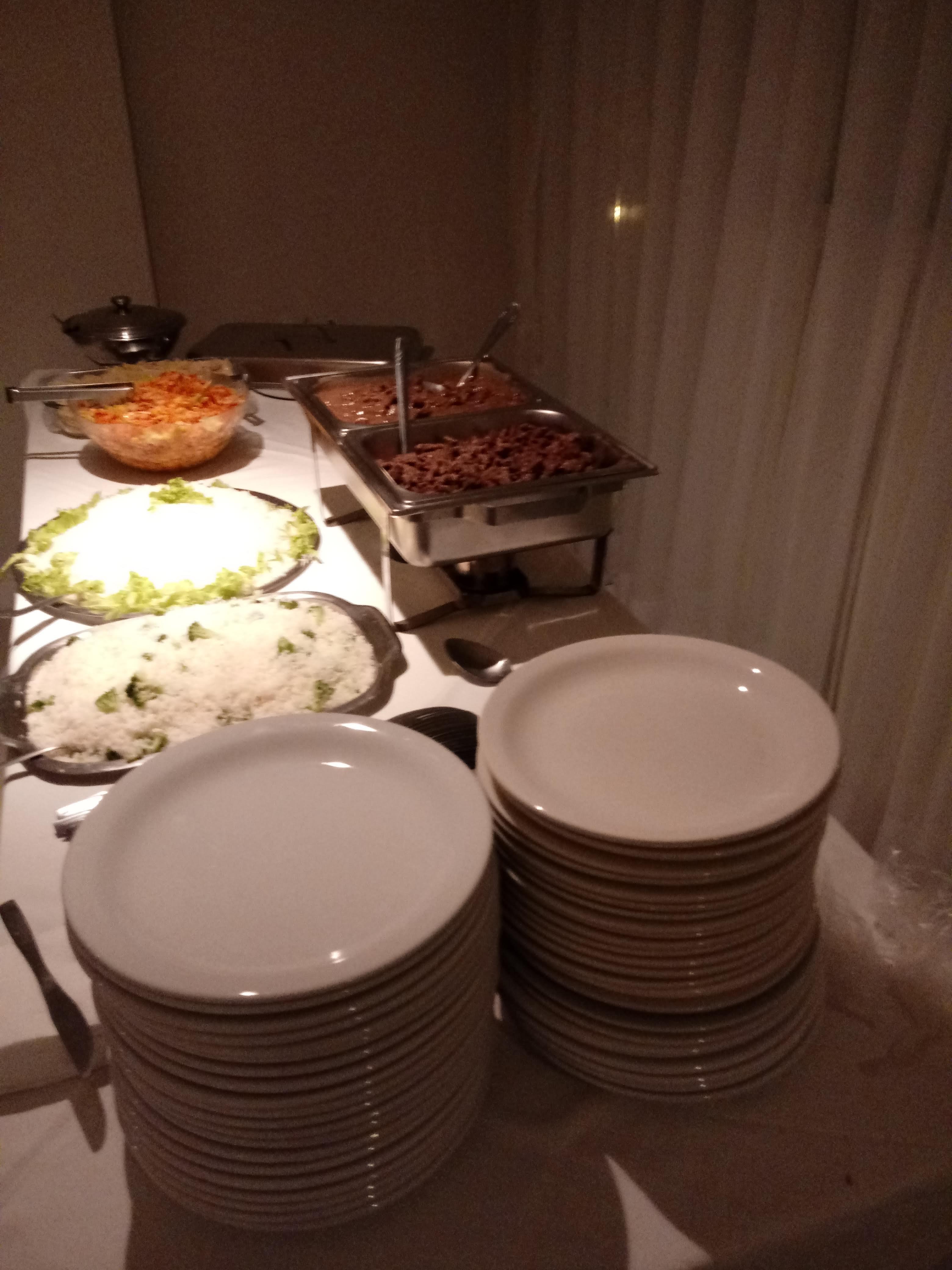 Buffet móvel para 60 pessoas: entrada + bebida + jantar + acompanhamentos + sobremesa + serviço e utensílios (1 garçom, 1 copeiro, 1 Chef de Cozinha, rechauds, pratos, talheres e taças) de R$2.500 por apenas R$1.500