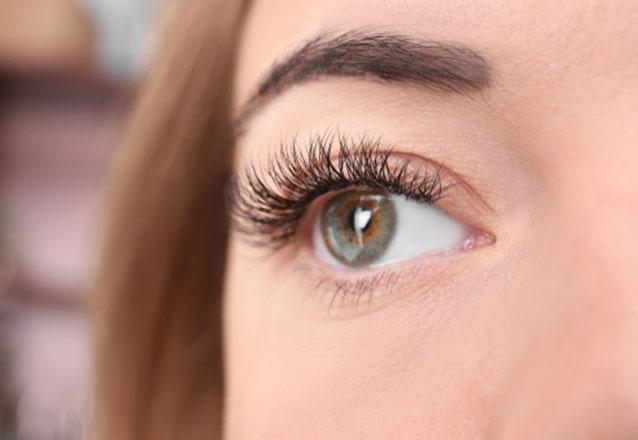 Valorize seu olhar! Cílios curvados sem rímel, Permanente de Cílios ou Lifting facial + Tintura na Estheticenter de R$150 por apenas R$59,99