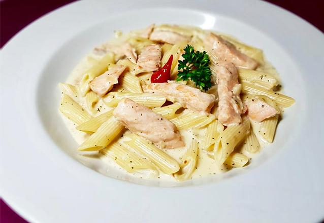 Massa (Penne, Espaguete ou Fettuccine) com lascas de salmão com creme de leite fresco para 1 pessoa de R$54 por R$43,99