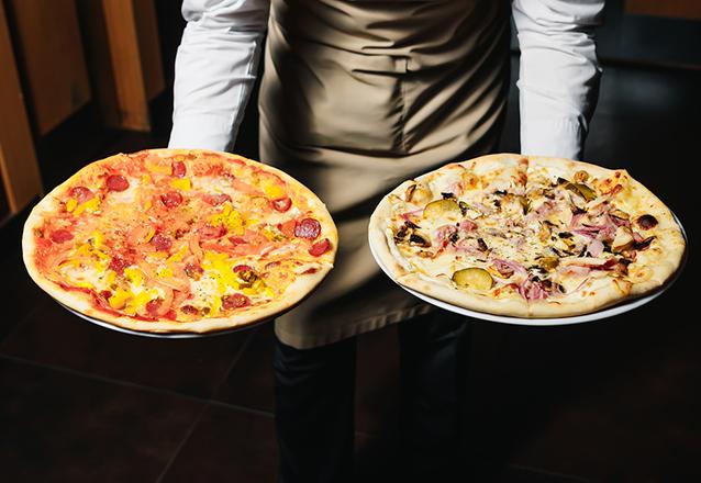 Buffet com mais de 30 sabores de Pizzas a vontade + Bebidas (água, suco e refrigerante) + Garçons + Pizzaiolo para 40 pessoas por 2 horas de R$1036 por apenas R$796 no Malacá Buffet Móvel de Pizza.