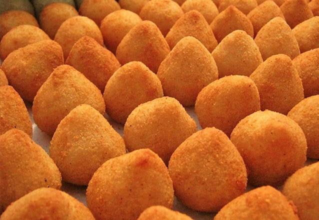 100 Salgados artesanais (12g) congelados com até 4 opções de salgado: coxinha, bolinha de queijo, risole de carne ou pastel de carne de R$ 25 por R$13,90.