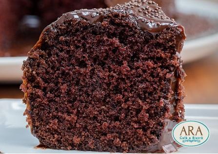 Receita da vovó! 1 Bolo de Chocolate Brigadeiro (chocolate coberto com chocolate brigadeiro) para 20 pessoas de R$75 por apenas R$49,90 no Ara Café e Bistrô