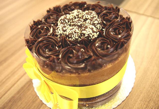 No capricho! Bolo Naked Cake (brigadeiro, brigadeiro branco, prestigio e doce de leite) para 24 pessoas por R$59,90 na Doçuras da Mary