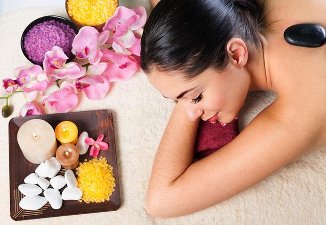 Spa day completo! 1 sessão de massagem relaxante com pedras quentes + 1 sessão de peeling de diamante + 1 sessão de revitalização de rubi + 1 sessão de esfoliação podal  + 1 sessão de reflexologia podal de R$400 por R$99,99 no Espaço Estética Alice Cruz