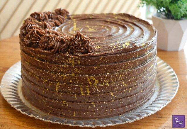 Pedaços de Sabor + Barato é uma delícia! Bolo Brownie Médio para 25 a 30 pessoas de R$165 por apenas R$85