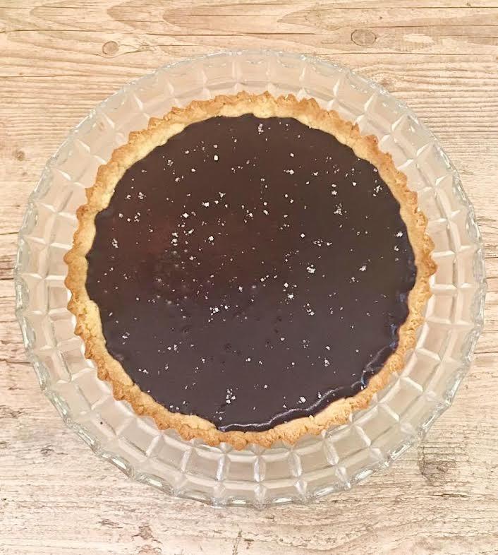 Torta Oliva (massa sablé com recheio de chocolate meio amargo e flor de sal) para até 12 pessoas de R$55 por apenas R$39 na Oliva Cozinha