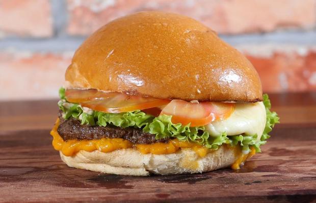 Combo Big Burger Cheddar (pão brioche artesanal, carne artesanal, cheddar e molho especial) com porção de batata e refrigerante lata 350ml de R$29,80 por R$23,90
