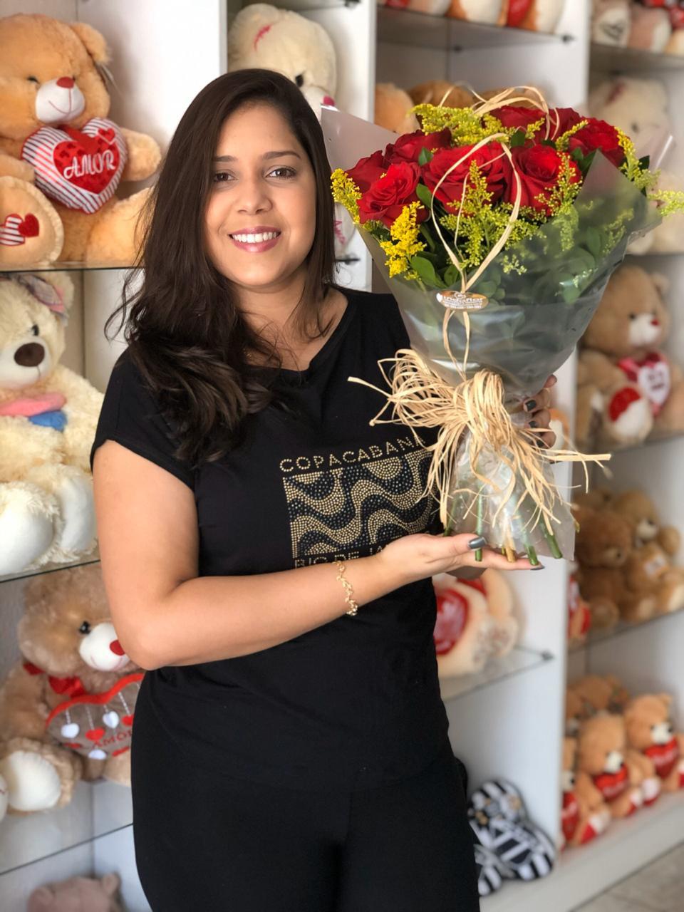 O amor está no ar! Ramalhete com 12 rosas vermelhas embaladas com celofane e laço de ráfia de R$110 por apenas R$59,90