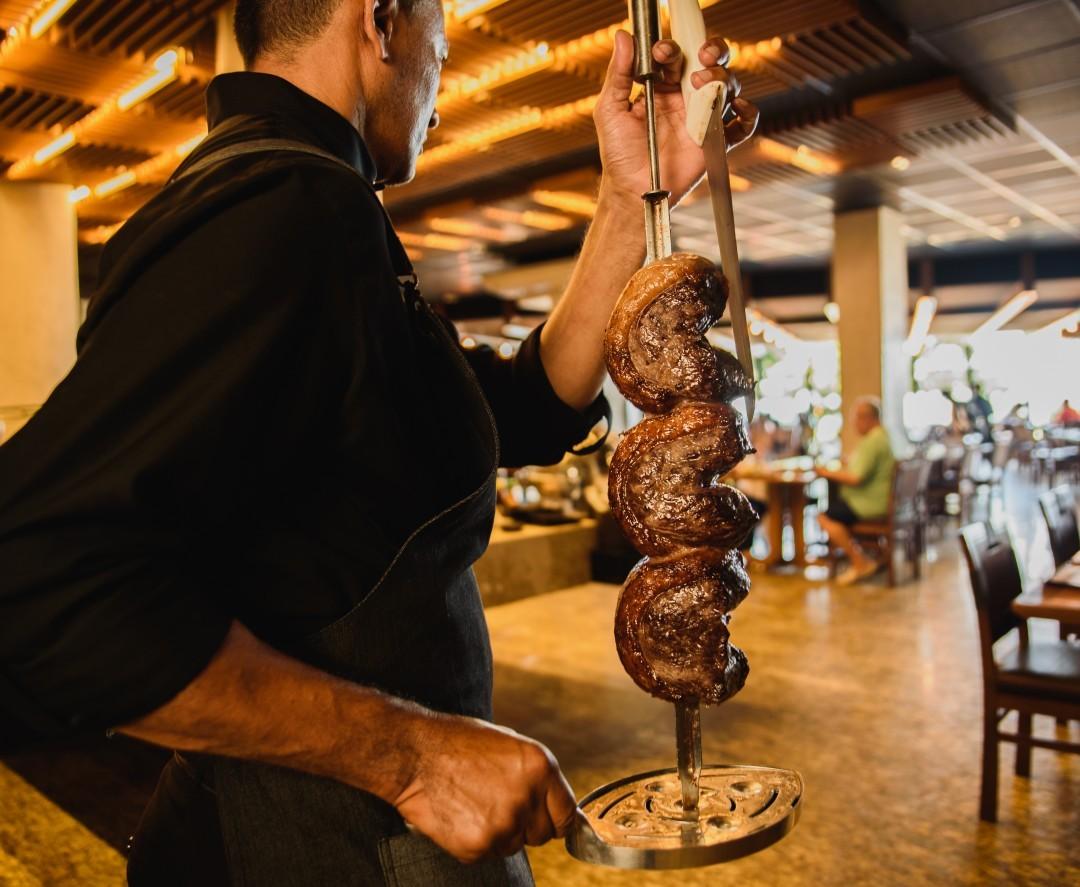 Rodízio completo de carnes nobres com buffet completo, saladas, frios e sushis de até R$76,90 por apenas R$64,90 na Rasco Steakhouse - Beira Mar. Válido para todos os dias! Exclusivo no Barato!