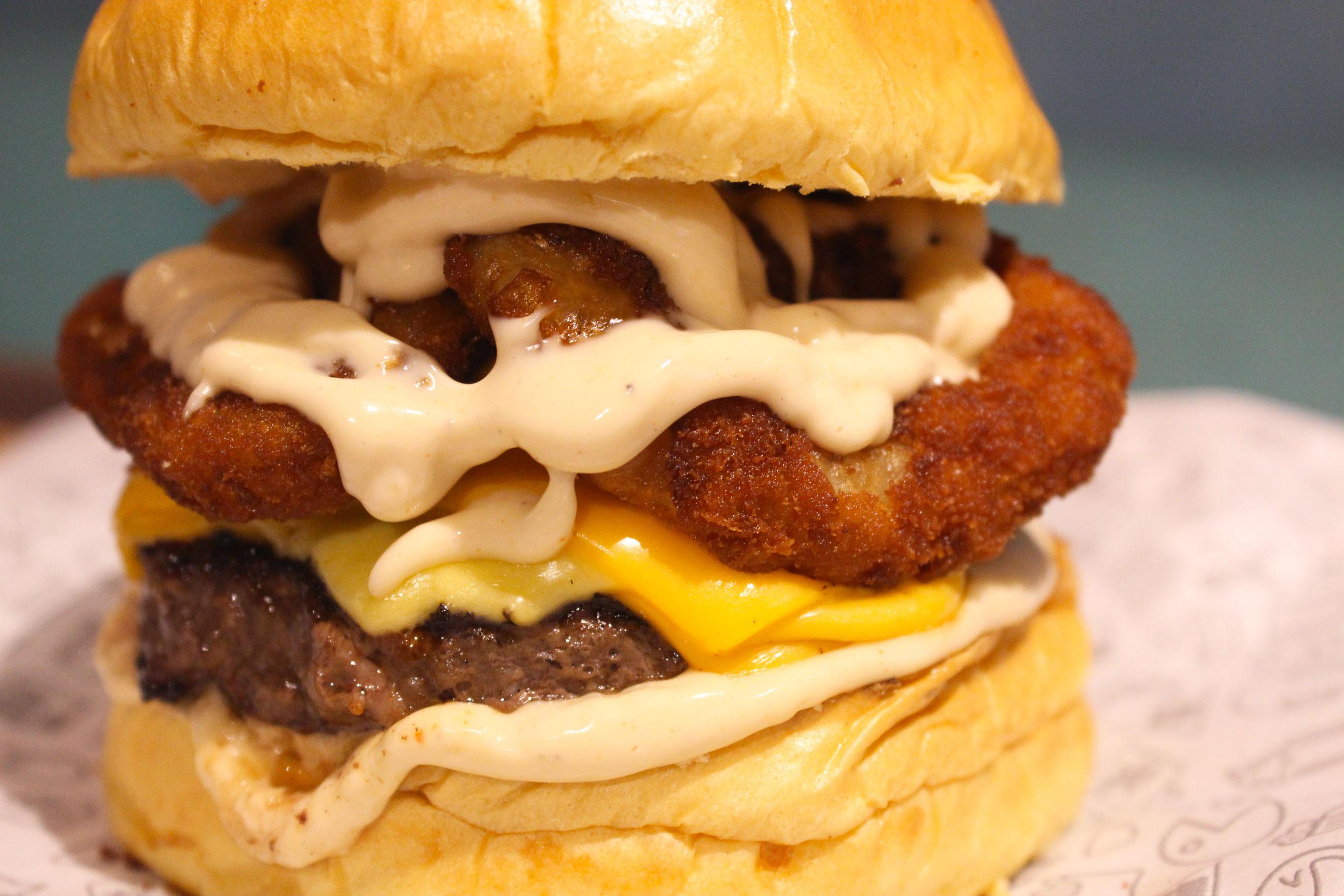 Brooklyn (pão brioche, smash burger 80g, queijo cheddar, alface, tomate, cebola, picles e molho americano) de R$17,90 por apenas R$12,90