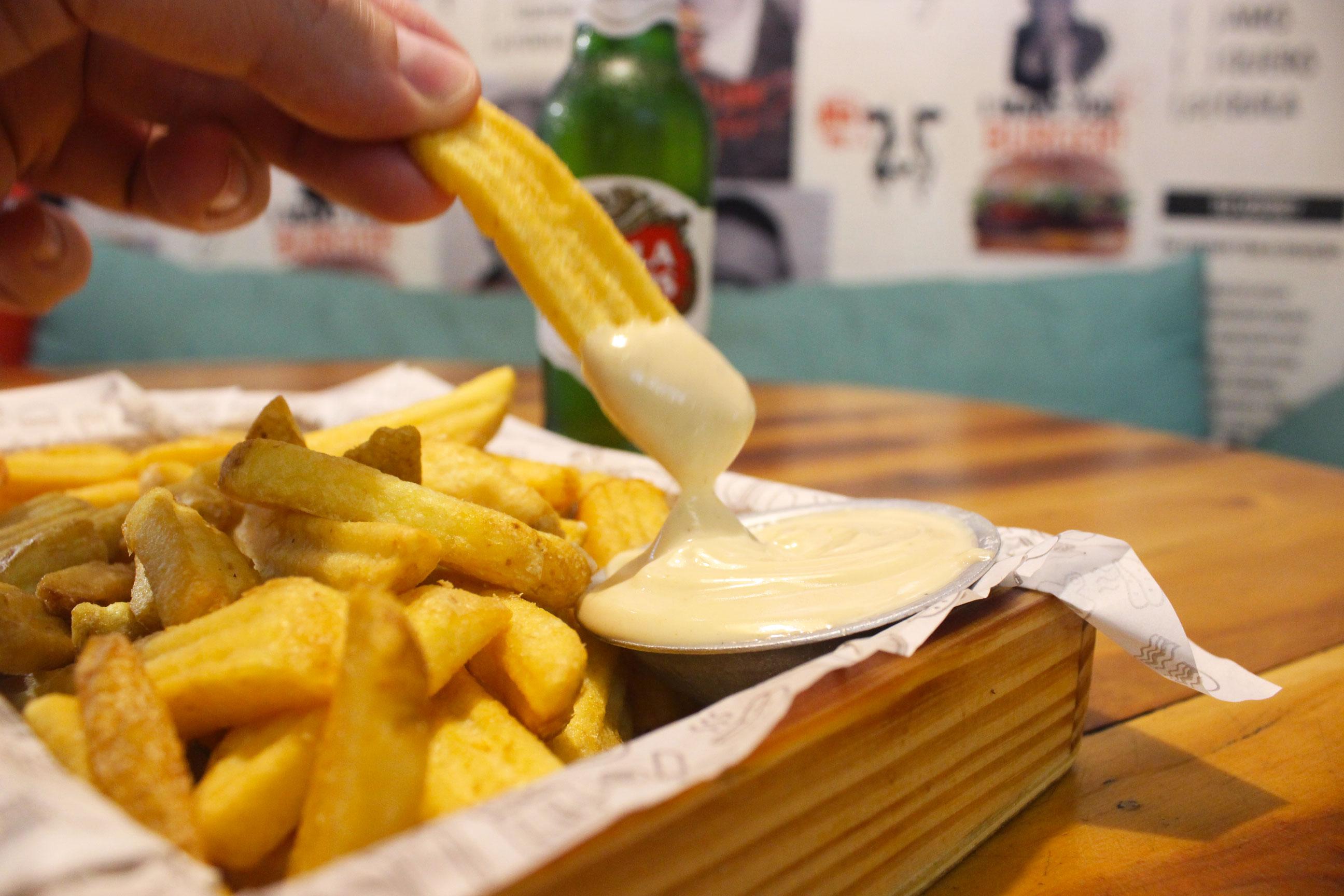 O petisco que todo mundo ama! Fritas 330g + molho da casa + Long Neck (Stella Artois ou Budweiser) de R$19,90 por apenas R$15,90 no Fryday Burger