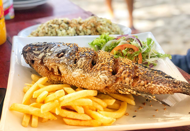 Almoço com gostinho de praia! Pargo frito para 3 pessoas  + 1 jarra de suco de acerola, manga ou abacaxi de R$125 por apenas R$89 na Barraca Tempero do Mar