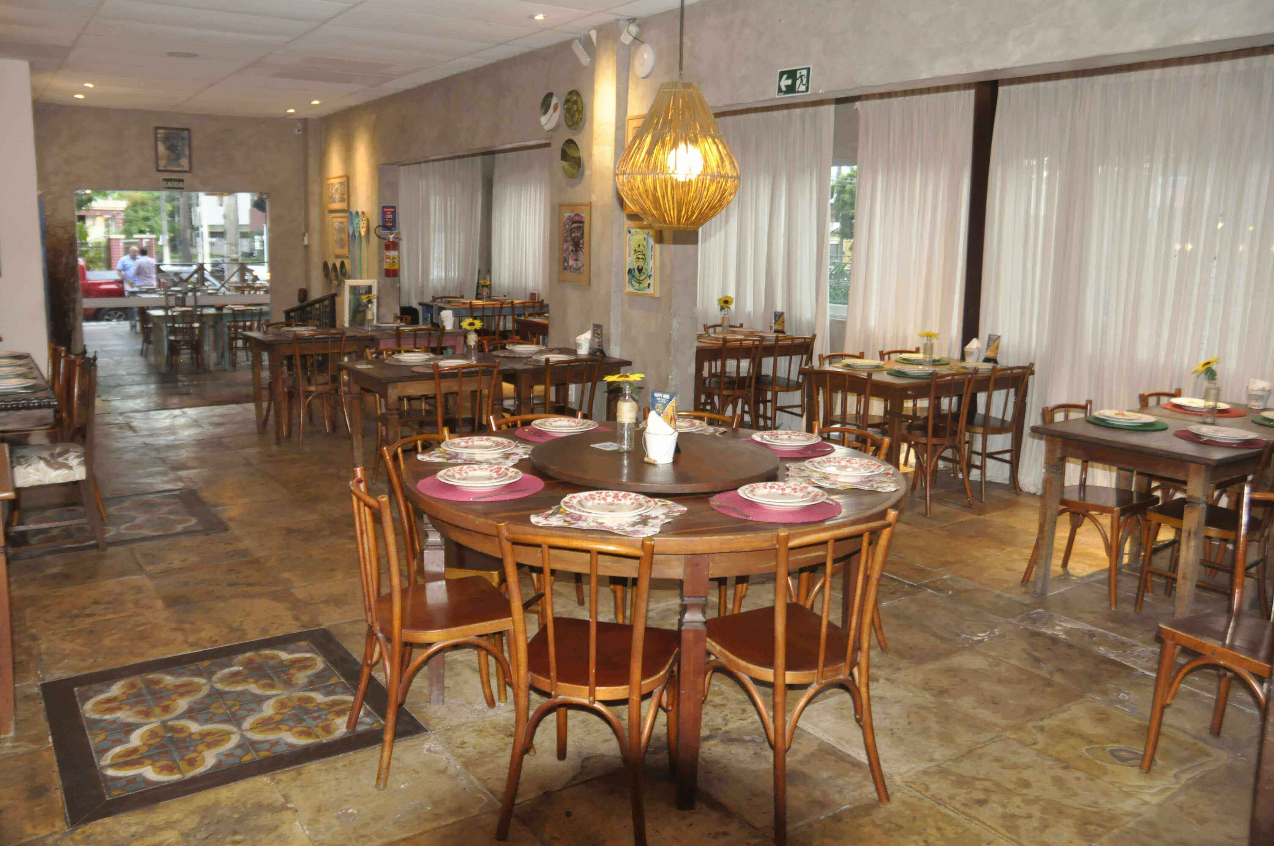 O Almoço de Sábado típico do Brasileiro! Feijoada completa e 2 caipirinhas de limão para 2 pessoas de R$71,70 por apenas R$39,90 no Colher Mar & Sertão