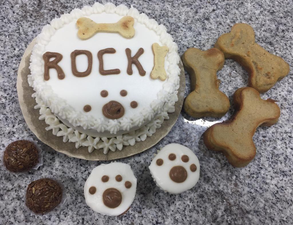 O Melhor para seu Pet! Kit Festa para cães e gatos, incluindo 1 Bolo Pet tamanho mini, 3 Cupcakes, 3 Brigadeiros e 3 Ossinhos de fígado de R$90 por apenas R$59,90 na Humm Pet Menu