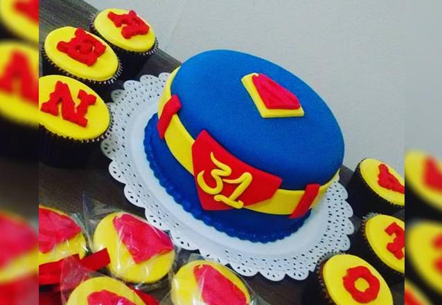 O Kit que sua Festa Merece! Bolo para 25 pessoas com pasta americana + 20 Bem Casados + 12 Mini Cupcakes com glacê de R$236 por apenas R$139,90