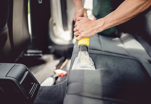 #9AnosBarato ☆ - Lavagem Interna Completa (bancos, teto, forros e cinto) + Lavagem Externa + Polimento de Faróis e Higienização do ar na Ecológico Car por apenas R$27,99
