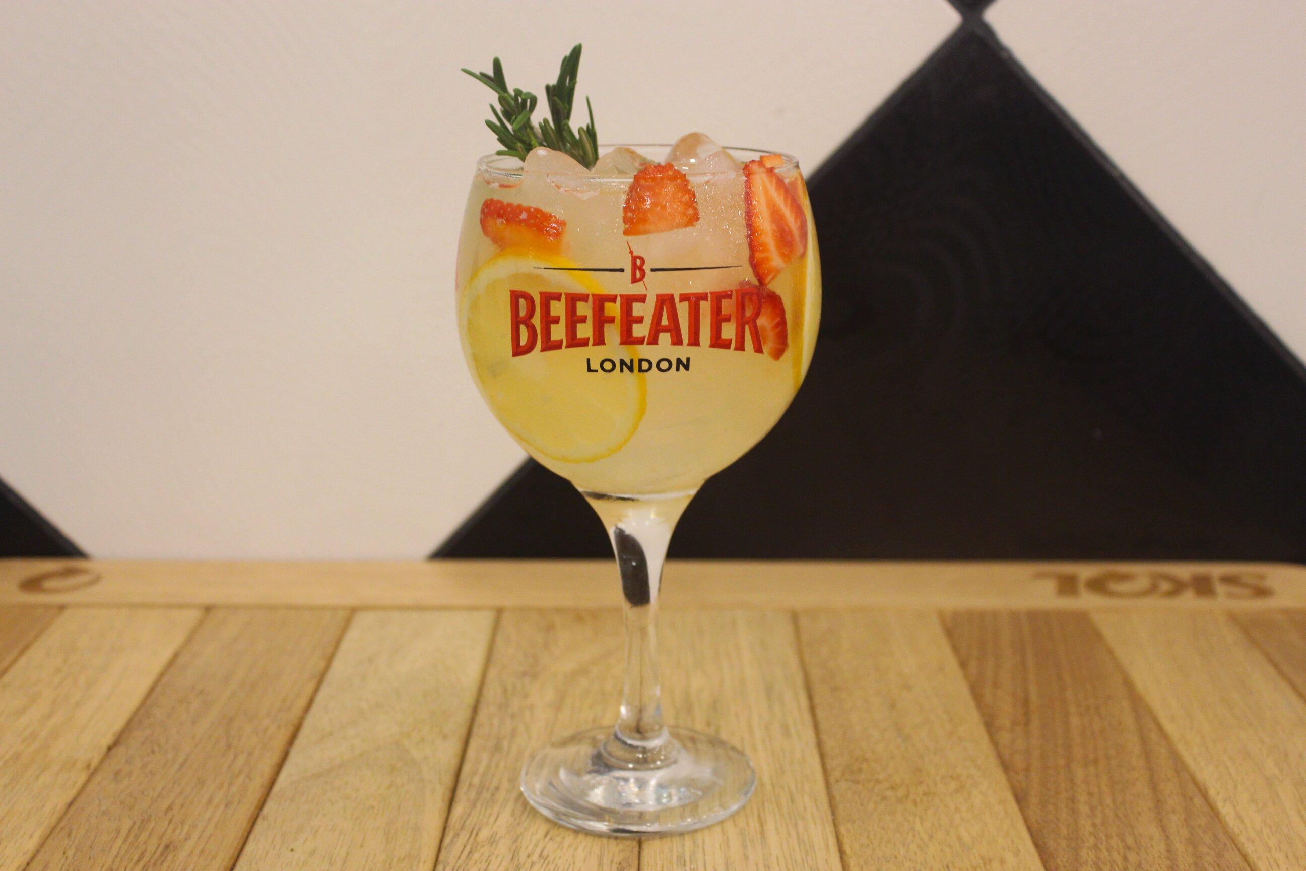 Gin Tônico 400ml (Gin, água tônica, limão siciliano e alecrim) de R$19,90 por apenas R$15,90