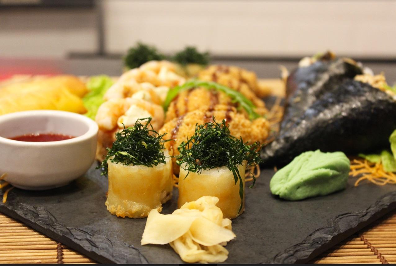 Japa para 2 especial! 2 Harumakis (Rolinhos primavera) + 2 Temakis + Combinado especial de 12 Peças de R$106,60 por apenas R$69,90 no Amigos Sushi