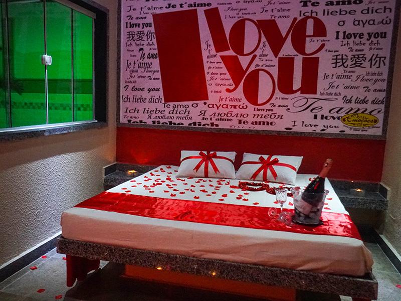 3 Horas + 1 Hora de Bônus para até 5 Pessoas em Suíte Grandes Emoções com 4 quartos de R$119,99 por apenas R$109,90 no Motel Emoções - Jacarecanga