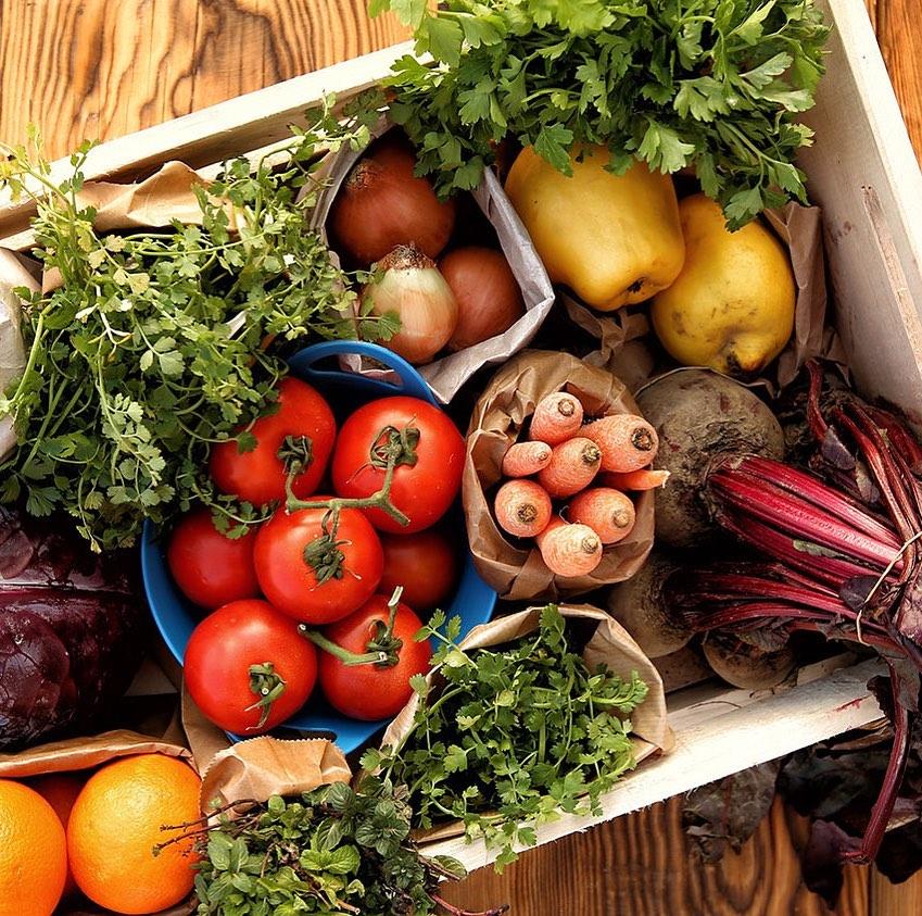 Salada Caprese + Suco Natural (300ml) de R$33,80 por R$19,90
